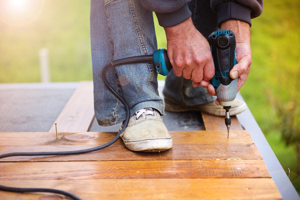 Φωτό handymen installing wooden flooring P6C2B49