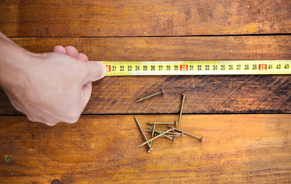 Φωτό male hand measuring wooden floor PW9NQUS