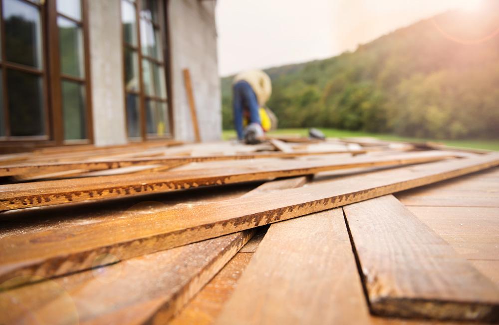 Φωτό unfinished wooden flooring in patio PNXNF4G